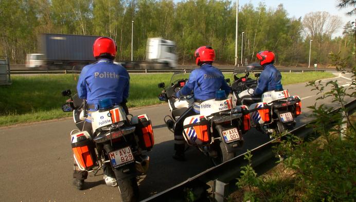 """Wegpolitie controleert op E313: """"Al 35 bestuurders betrapt op GSM-gebruik"""""""
