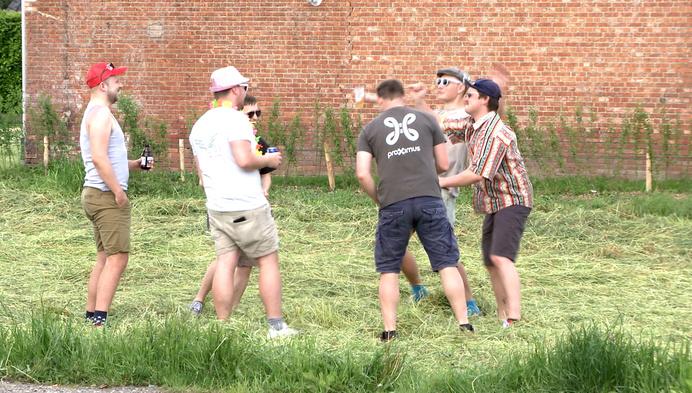 Vriendengroep doet 'festivallekestocht' langs Kempense festivalweides