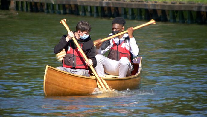 Leerlingen hout testen zelfgemaakte kano