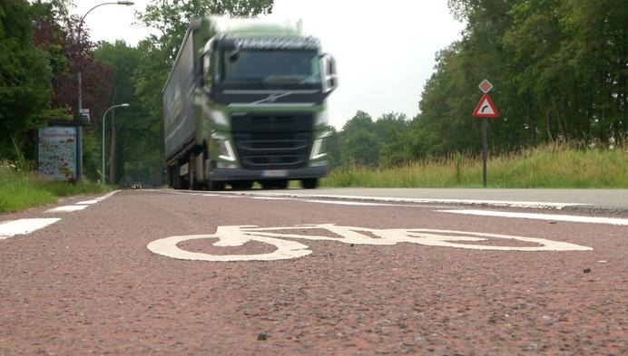 Nieuw, vrijliggend fietspad langs Steenweg op Baarle-Hertog