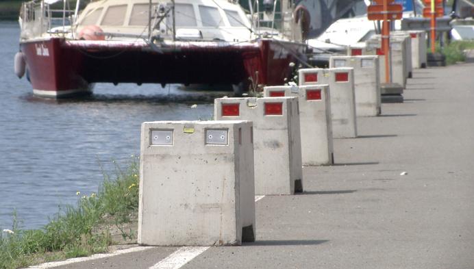 Tijdelijke betonblokken moeten kanaalzone Ten Aard veiliger maken