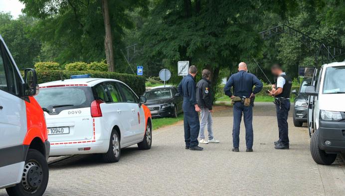 Onbekenden gooien gasfles naar wagen in Weelde-Statie