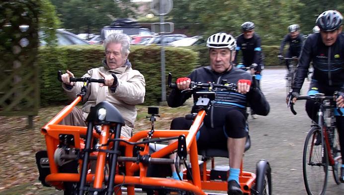 Eddy Merckx fietst speciale fiets voor mensen met dementie in