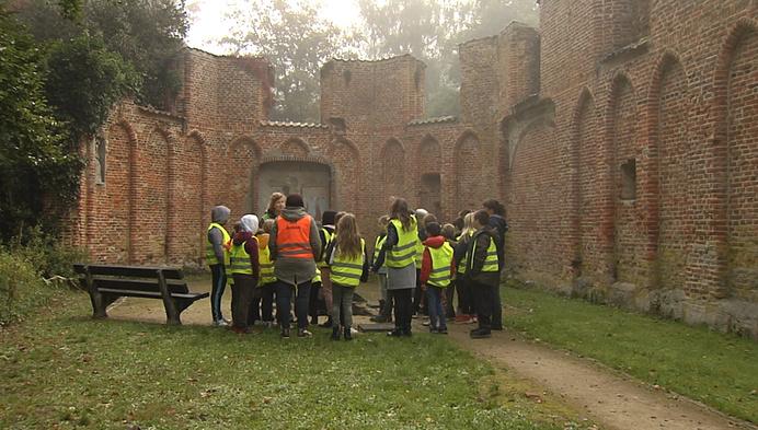 Jeugd op ontdekkingstocht in oude ruïnes iGrobbendonk
