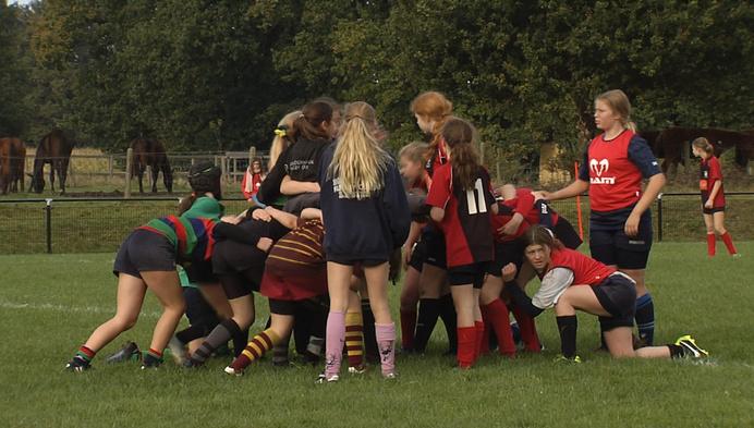 Meisjes maken kennis met rugby