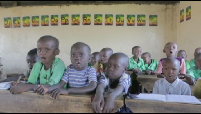 Muizen in Tanzania: kleuters naar school aan voet vulkaan