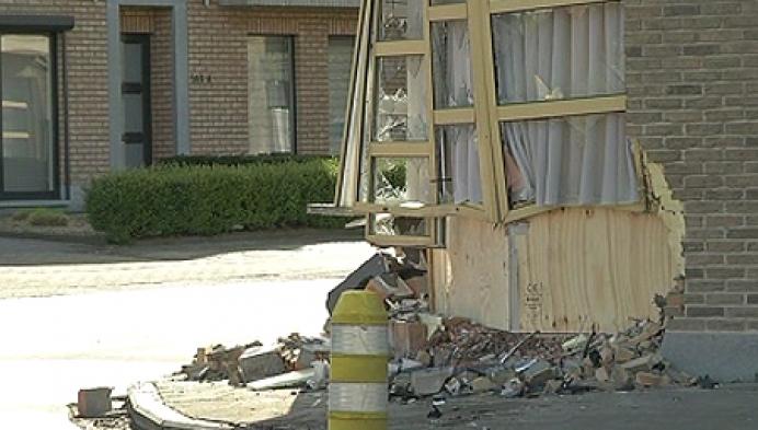 Auto rijdt tegen gevel woning in Onze-Lieve-Vrouw-Waver