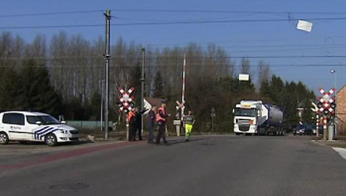 Vrachtwagen raakt bovenleiding sporen
